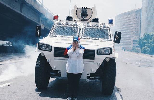 """Títulada """"Madre Patria"""" la foto de @regulogomez se convirtió en una de las fotos más emblemáticas de la marcha del 19 de abril"""